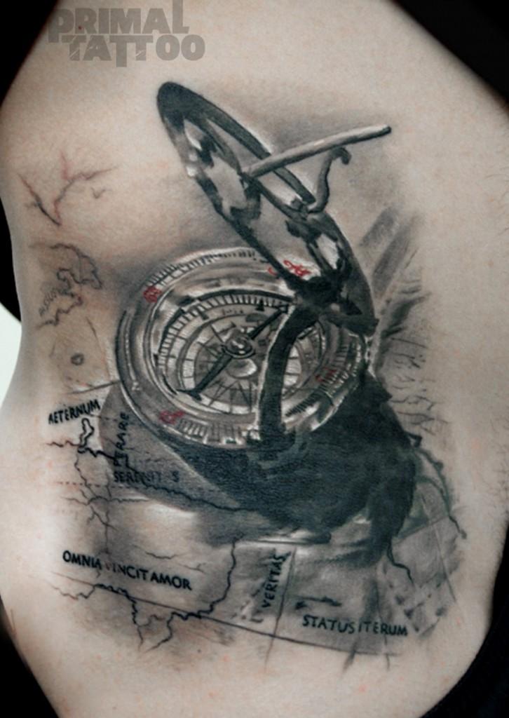 Tatuaje de una brújula
