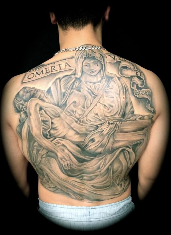 tatuaje religioso en la espalda