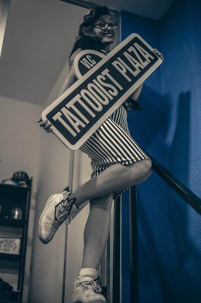 pinup con cartel de tattooist plaza