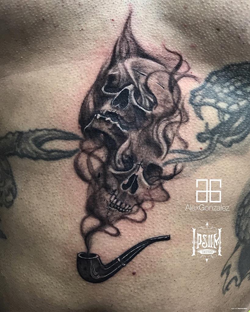 Tatuaje de calaveras y una pipa. Tatuajes en Barcelona.